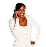 Mujer joven atractiva que conversa en el teléfono móvil Foto de archivo libre de regalías