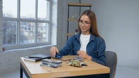 Mujer joven atractiva que cuenta el dinero almacen de video