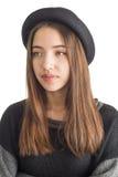 Mujer joven atractiva que desgasta el sombrero negro Imagen de archivo libre de regalías