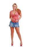 Mujer joven atractiva que desgasta una falda corta de la mezclilla Fotos de archivo libres de regalías