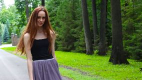Mujer joven atractiva que disfruta de su tiempo afuera en parque almacen de metraje de vídeo