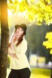 Mujer joven atractiva que disfruta de su tiempo afuera en parque Fotos de archivo libres de regalías