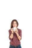 Mujer joven atractiva que goza del olor del café Foto de archivo