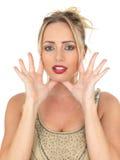 Mujer joven atractiva que grita o que dice en voz alta Foto de archivo