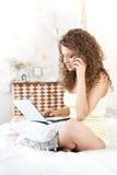 Mujer joven atractiva que habla por el teléfono   Fotos de archivo libres de regalías