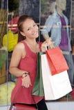 Mujer joven atractiva que hace compras fotos de archivo libres de regalías