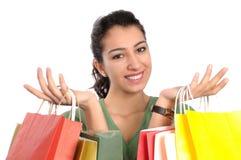 Mujer joven atractiva que hace compras imagen de archivo