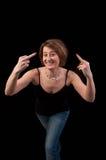 Mujer joven atractiva que hace el gesto de mano obsceno que muestra el middl Imagen de archivo