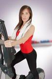 Mujer joven atractiva que hace entrenamiento cardiio foto de archivo libre de regalías