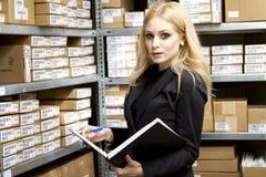 Mujer joven atractiva que hace inventario Foto de archivo libre de regalías