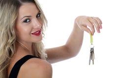 Mujer joven atractiva que lleva a cabo un manojo de llaves Foto de archivo libre de regalías