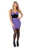 Mujer joven atractiva que lleva el cortocircuito apretado Mini Dress de la púrpura Foto de archivo libre de regalías