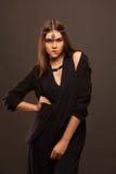 Mujer joven atractiva que lleva el vestido hermoso Imagenes de archivo