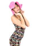 Mujer joven atractiva que lleva a Mini Dress corto con un sombrero de Sun Fotografía de archivo libre de regalías