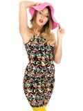 Mujer joven atractiva que lleva a Mini Dress corto con un sombrero de Sun Imágenes de archivo libres de regalías