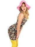 Mujer joven atractiva que lleva a Mini Dress corto con un sombrero de Sun Imagenes de archivo
