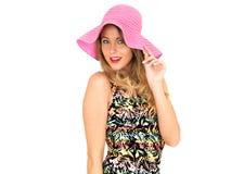 Mujer joven atractiva que lleva a Mini Dress corto con un sombrero de Sun Fotografía de archivo