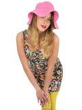 Mujer joven atractiva que lleva a Mini Dress corto con un sombrero de Sun Fotos de archivo libres de regalías