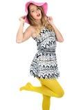 Mujer joven atractiva que lleva a Mini Dress corto con un sombrero de Sun Foto de archivo