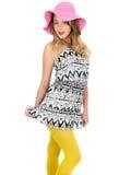Mujer joven atractiva que lleva a Mini Dress corto con un sombrero de Sun Fotos de archivo