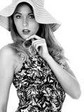 Mujer joven atractiva que lleva Mini Dress corto y a Straw Sun Hat Imágenes de archivo libres de regalías