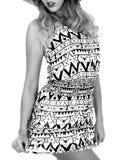 Mujer joven atractiva que lleva Mini Dress corto y a Straw Sun Hat Imagen de archivo