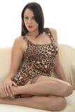 Mujer joven atractiva que lleva una impresión corta Mini Dress a de la piel del leopardo Imagen de archivo