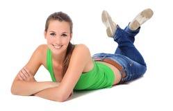 Mujer joven atractiva que miente en el suelo Fotografía de archivo