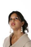 Mujer joven atractiva que mira para arriba Imagen de archivo libre de regalías