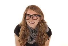 Mujer joven atractiva que muerde sus vidrios que llevan del labio Imágenes de archivo libres de regalías