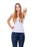 Mujer joven atractiva que muestra los pulgares abajo Imagen de archivo libre de regalías