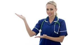 Mujer joven atractiva que presenta como un doctor o enfermera Fotografía de archivo