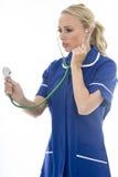 Mujer joven atractiva que presenta como un doctor o enfermera In Theatre Sc Fotografía de archivo
