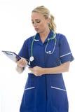 Mujer joven atractiva que presenta como un doctor o enfermera In Theatre Sc Fotografía de archivo libre de regalías