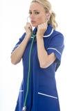 Mujer joven atractiva que presenta como un doctor o enfermera In Theatre Sc Imagen de archivo