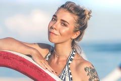 Mujer joven atractiva que presenta en la playa tropical de la isla de Bali, Indonesia asia foto de archivo