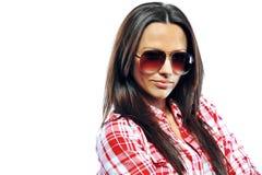 Mujer joven atractiva que presenta en las gafas de sol que llevan del estudio - clo Imágenes de archivo libres de regalías