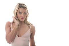 Mujer joven atractiva que presenta en Mini Dress apretado corto Foto de archivo libre de regalías