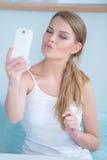 Mujer joven atractiva que presenta para un selfie Fotografía de archivo libre de regalías