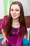 Mujer joven atractiva que presenta y que mira la cámara Imagenes de archivo