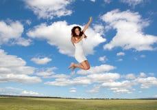 Mujer joven atractiva que salta en el medaw Fotos de archivo