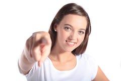 Mujer joven atractiva que señala en alguien Imagen de archivo