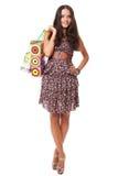 Mujer joven atractiva que se coloca con los bolsos de compras Imagenes de archivo
