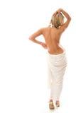 Mujer joven atractiva que se coloca con una parte posterior descubierta. Imagen de archivo