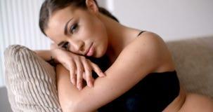 Mujer joven atractiva que se inclina en sus manos