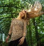 Mujer joven atractiva que se mueve el pelo fotografía de archivo