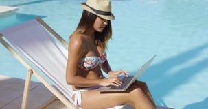 Mujer joven atractiva que se relaja en la piscina almacen de video