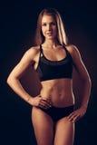 Mujer joven atractiva que se resuelve con pesas de gimnasia - fitne del bikini Imágenes de archivo libres de regalías