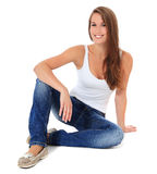 Mujer joven atractiva que se sienta en suelo Imagen de archivo libre de regalías