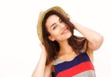 Mujer joven atractiva que sonríe con el sombrero Fotos de archivo libres de regalías